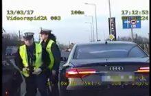 Policjanci okrzyknięci bohaterami! Uratowali duszącego się noworodka a wszystko zarejestrowała kamera! [WIDEO]