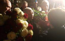 Triumfalny powrót Beaty Szydło z brukselskiego szczytu. Na lotnisku witano ją z największymi honorami [FOTO]