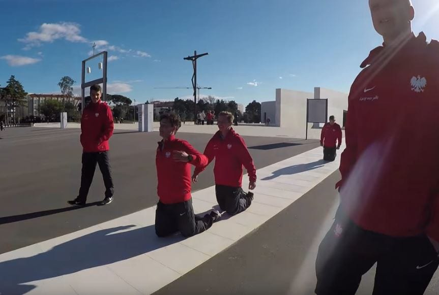 Piłkarze reprezentacji Polski odwiedzili Sanktuarium w Fatimie. Dwóch z nich drogę do świątyni przeszło na kolanach! [WIDEO]