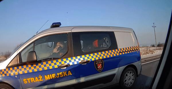 Funkcjonariusz Straży Miejskiej przyłapany na wykroczeniu! Internauta publikuje nagranie [WIDEO]
