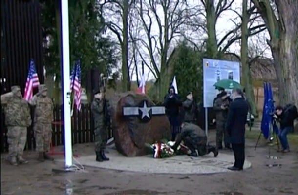 Koło Gorzowa upamiętniono pilotów z zestrzelonego w 1945 roku amerykańskiego bombowca B-17 [WIDEO]