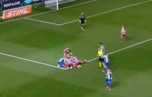 Groźnie wyglądający upadek Torresa. Hiszpan dusił się na boisku [WIDEO]