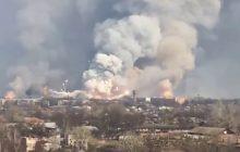 Kłęby dymu, kule ognia i latające na oślep rakiety. Tak wyglądała potężna eksplozja składu amunicji na Ukrainie [WIDEO]