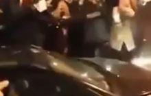 Zdziczenie pod Wawelem. Grupa przeciwników PiS atakuje Kaczyńskiego odwiedzającego grób brata! [WIDEO]
