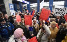 Tusk przyjechał do Warszawy. Na Dworcu Centralnym przywitali go zwolennicy i przeciwnicy [zdjęcia, filmy, komentarze]
