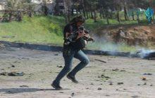 To zdjęcie poruszyło cały świat. Dziennikarz ratujący dziecko po ataku na konwój okrzyknięty bohaterem!