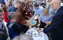 Tort, wlepki i czytanie konstytucji. Tak KOD i opozycja świętowali 20 rocznicę uchwalenia polskiej ustawy zasadniczej [FOTO]