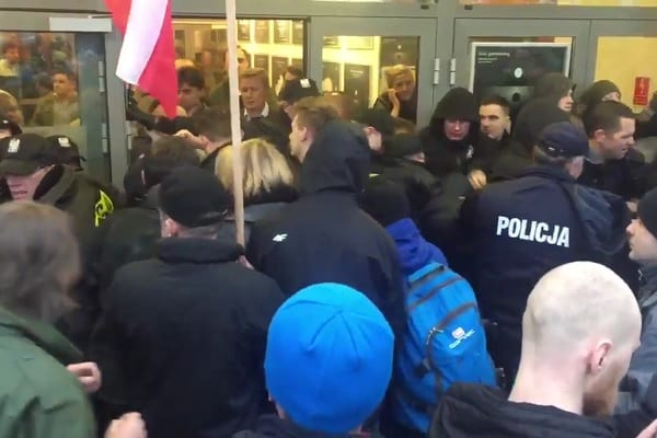 Środowiska narodowe protestują pod Teatrem Powszechnym przeciwko