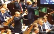 Co robi Michał Szczerba podczas debaty nad wnioskiem o wotum nieufności dla rządu PiS? Dziwne zachowanie posła PO [WIDEO]