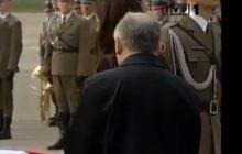 Jedna z najbardziej wzruszających scen wyemitowanych po katastrofie smoleńskiej. Marta Kaczyńska i Jarosław Kaczyński nad trumnami swoich bliskich [WIDEO]