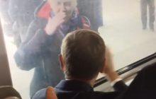 Scena rodem z kabaretu! Starsza kobieta pozdrawia Donalda Tuska. Przez szybę i... na migi [WIDEO]