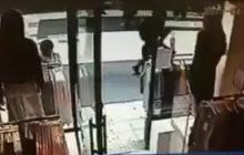 Podczas zamachu cudem uniknęli śmierci. Nagrała to kamera! [WIDEO]