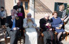 Zdjęcia z urodzin Benedykta XVI hitem internetu. Emerytowany papież z kuflem piwa! [FOTO]