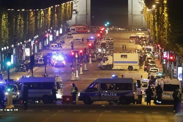 Jeden policjant zginął, dwóch zostało rannych w strzelaninie w Paryżu. W sieci pojawił się film przedstawiający moment zamachu [WIDEO]