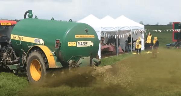 Rolnik spryskuje gnojówką ekologów z Greenpeace, którzy protestują na jego polu [WIDEO]
