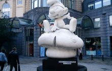 Smerfy i oficjalna delegacja – dziwna kampania zachęcająca turystów do odwiedzin Brukseli