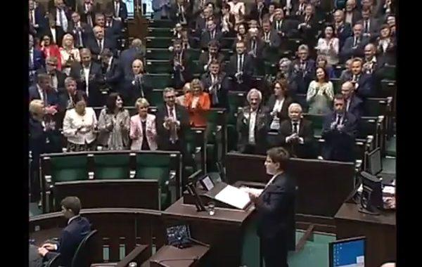 Owacje na stojąco dla Beaty Szydło.