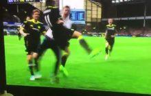 Fan Chelsea wbiegł na boisko, a piłkarz... przytulił go po zdobyciu bramki! [WIDEO]
