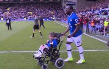 Wspaniały gest piłkarza Evertonu. Tę chwilę chłopiec na wózku inwalidzkim zapamięta do końca życia! [WIDEO]