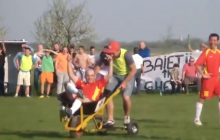 To się nazywa pomoc medyczna. W piątej lidze rumuńskiej zawodników przewozi się na... turbo-taczce! [WIDEO]