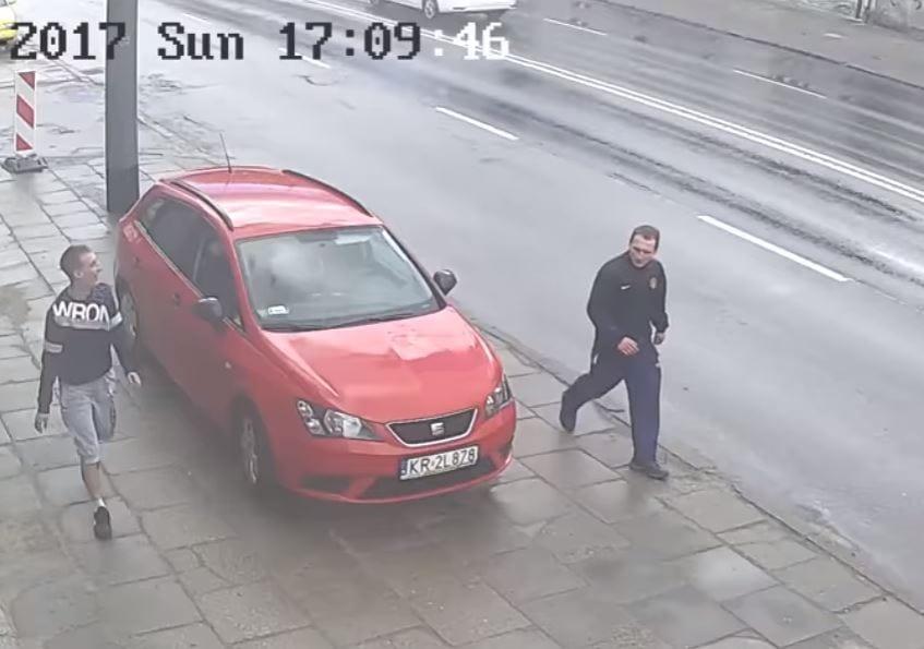 Sopocka policja poszukuje mężczyzn, którzy pobili 70-latka. Publikuje zapis z monitoringu [WIDEO]