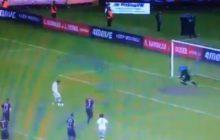 Kuriozalna sytuacja w meczu Pogoń-Legia. Piłkarz Legii wykorzystał karnego, ale sędzia bramki nie uznał i pokazał mu żółtą kartkę [WIDEO]