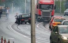 Jarocin: Mrożący krew w żyłach wypadek na skrzyżowaniu. Kobieta wypadła przez okno jak manekin [WIDEO]