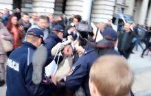 Mocne nagranie! Mężczyzna niesiony przez policję zawzięcie protestuje przeciwko ONR, do momentu, w którym... gubi czapkę.