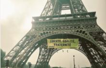 Aktywiści Greenpeace powiesili na Wieży Eiffla transparent przeciwko Le Pen [FOTO+WIDEO]