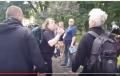 """""""Antyfaszysta"""" wulgarnie zaatakował działaczy Kukiz'15 podczas zbiórki podpisów ws. referendum. Szybka reakcja policji [WIDEO]"""