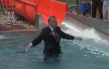 Burmistrz otworzył basen, zjeżdżając do niego w... garniturze! [WIDEO]