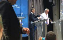 """Internauci wyśmiewają Tuska, który pomógł założyć marynarkę Junckerowi: """"Najlepiej zarabiający lokaj na świecie…"""" [WIDEO]"""