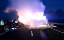 Jest film zarejestrowany chwilę po wypadku polskiej furgonetki w Calais. W wyniku pułapki zastawionej przez imigrantów żywcem spłonął jej kierowca [WIDEO]