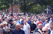 Czegoś takiego Anglia jeszcze nie widziała. Duża manifestacja kibiców piłkarskich przeciwko islamskim ekstremistom! [WIDEO]