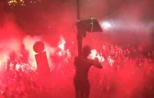 Szaleństwo w Warszawie. Piłkarze Legii wraz z kibicami świętowali zdobycie mistrzostwa. Na Starówce czerwono od rac! [WIDEO]