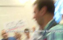 Ekipa TVP zaatakowana na spotkaniu z Michnikiem! Starszy mężczyzna rzucił się na operatora [WIDEO]