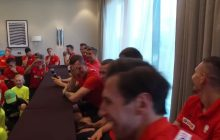 Genialne nagranie ze zgrupowania kadry. Dzieci zadają pytania polskim piłkarzom, a ci płaczą ze śmiechu.