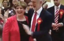 Ta scena jest hitem po wyborach w Wielkiej Brytanii. Przewodniczący Partii Pracy chciał przybić