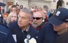 Platforma Obywatelska twierdzi, że Frasyniuka na policjantów popchnął tajemniczy mężczyzna. Internauci ujawnili jego tożsamość [WIDEO]