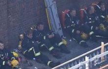 Tak wyglądali ekstremalnie zmęczeni strażacy, którzy gasili płonący wieżowiec w Londynie. Anglicy okrzyknęli ich bohaterami [WIDEO]
