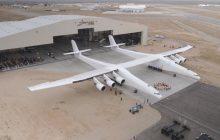Największy samolot świata wyjechał z hangaru. Z jego pokładu będą startowały rakiety! [WIDEO]
