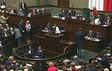 Poseł PO chciał zabłysnąć w Sejmie. Na mównicę wniósł... worek trocin [WIDEO]