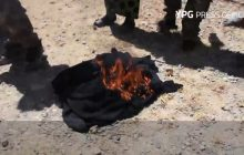 Kobiety palą burki, mężczyźni ścinają brody. Tak reaguje ludność po wyzwoleniu od ISIS [WIDEO]