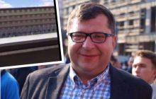 Na profilu Zbigniewa Stonogi opublikowane zostało nietypowe nagranie. Biznesmen krzyczy... zza więziennego muru i ubliża Kaczyńskiemu [WIDEO]