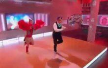 Internauci zażenowani polską piosenką dla Donalda Trumpa. Hip-hopowa czapka i nietypowy taniec w studiu TVP [WIDEO]