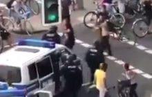 Mocne nagranie z Hamburga. Przedstawiciel skrajnej lewicy blokował przejazd policjantom. Jeden z nich postanowił załatwić sprawę po męsku [WIDEO]