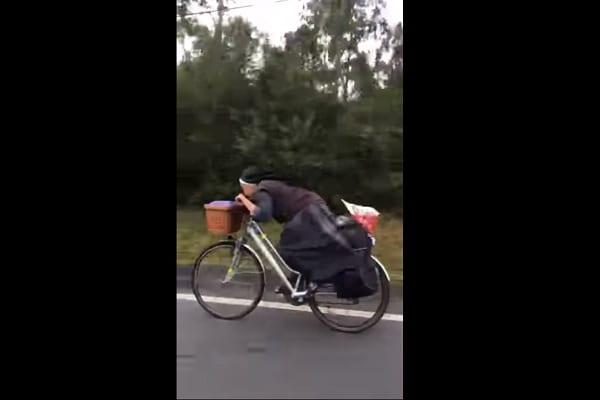 Zabawne nagranie z polską zakonnicą podbija hiszpański Internet. Tak pędziła do sanktuarium! [WIDEO]