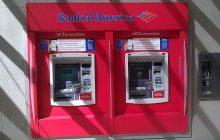 Utknął w... bankomacie. Pomoc wezwał wyrzucając karteczki