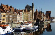 Gdańsk wstydzi się wywieszania polskiej flagi? Internauci zaniepokojeni przygotowaniami do wizyty pary książęcej