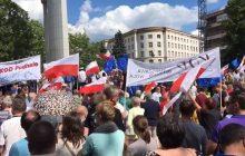 Protest przeciw reformie sądownictwa w Warszawie. Mocne wypowiedzi o PiS i Kaczyńskim [WIDEO]